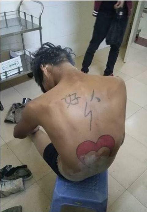 一名在背上刺下「好人」兩字的中國男子,因手頭緊,買不起女兒的奶粉,進而行搶路邊女子,被捕後淚流滿面的說:「對不起自己背上這兩個字」。(圖擷自爆料公社)