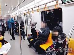 中國有女乘客不滿被當作孕婦,因此打了要讓座的乘客。(圖擷取自微博)