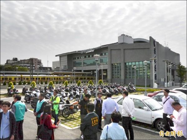 台中捷運藍線終點站設於沙鹿火車站西站旁,交通局長與市議員昨前往會勘未來沙鹿轉運中心地點。(記者張軒哲攝)