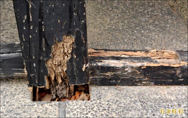 太平921震災紀念公園一座木造涼亭因白蟻蛀蝕腐朽而傾斜。(記者陳建志攝)