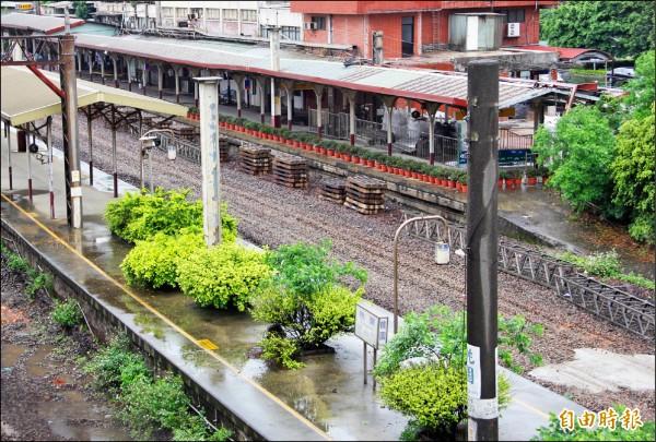 桃園鐵路從高架化改為地下化,桃園車站還有高架化施工停工的痕跡,建材暫時堆疊地上。(記者謝武雄攝)