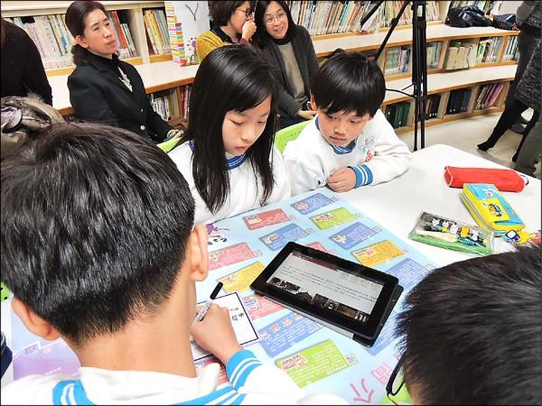 台北市教育局推廣E化教學,除規劃「一生一平板電腦」,並拍攝學習影片,卻被市議員發現點閱率不佳。(台北市教育局提供)