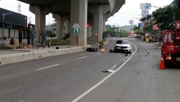 吳姓駕駛酒駕逆向衝撞3輛機車。(記者黃旭磊翻攝)