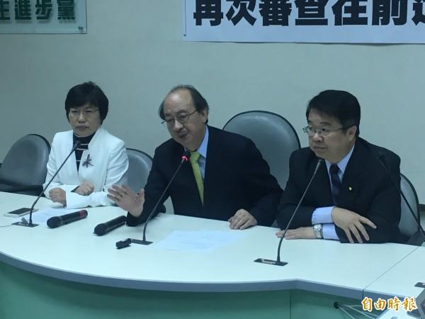 針對11月9日召開的勞基法修法爭議朝野協商及結論,民進黨團開記者會說明。(記者鄭鴻達攝)