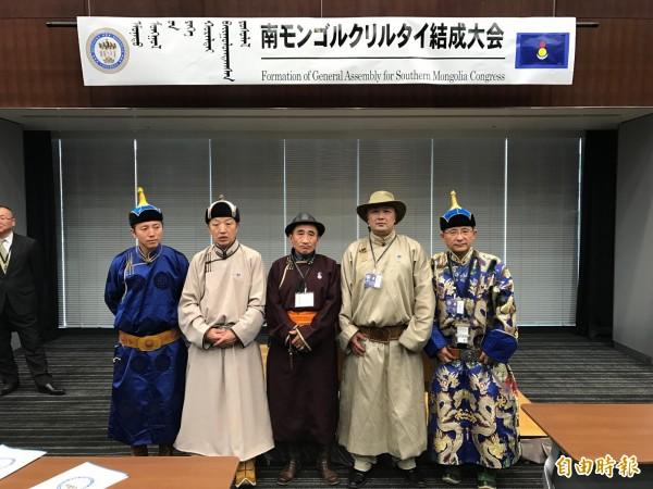 「世界南蒙古會議」十日在東京成立大會,中為首任會長旅居德國的席海明,與兩位副會長和秘書長合影。(駐日特派員張茂森攝)
