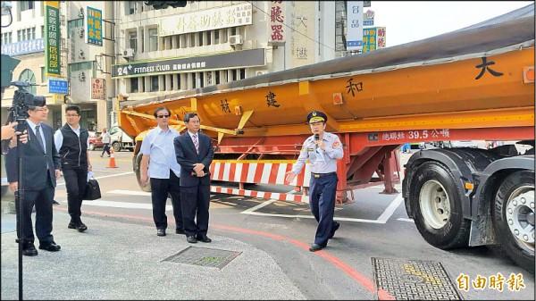嘉義市長涂醒哲要求市警局交通隊加強宣導,讓民眾了解大型車視覺死角。(記者丁偉杰攝)