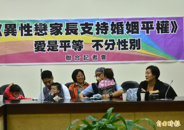 「異性戀家長支持婚姻平權—愛是平等,不分性別」聯合記者會,出席家長表示,為了台灣下一代的幸福,帶著孩子站出來,表達另一種不同的聲音。(記者王藝菘攝)