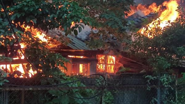 台北市鄭州街的台鐵舊宿舍日前發生火災。(吳灃洪提供)