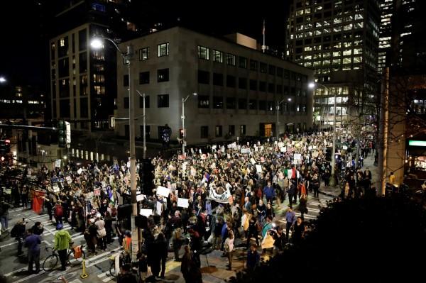 西雅圖市中心也掀起反川普抗議行動。(路透)