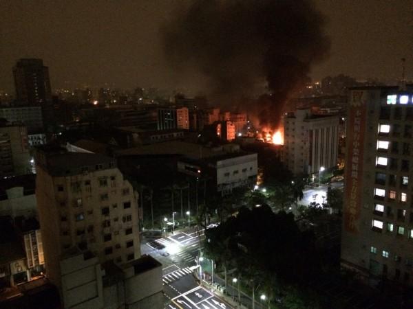 有附近住戶拍下火災發生時的畫面。(圖擷自PTT)