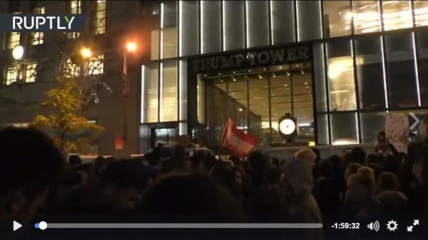 紐約川普大樓遭不滿選舉結果的民眾包圍示威。(圖擷取自RT臉書粉絲團)