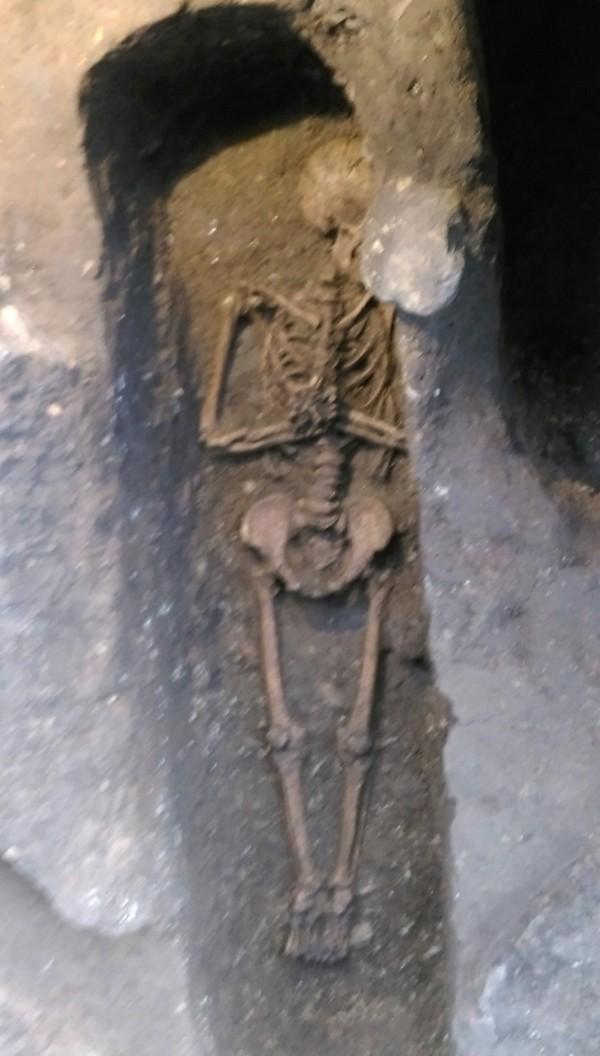 中研院和西班牙團隊在基隆和平島進行考古研究,挖掘出4具近400年前的歐洲人遺骨,確認該處為17世紀西班牙修道院的遺跡。(臧振華提供,中央社)