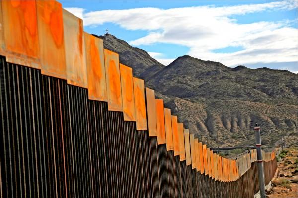 美國在美墨邊境建隔離牆,以防墨國民眾非法入境。圖為新墨西哥州桑蘭德公園市的工程實況。 (歐新社)