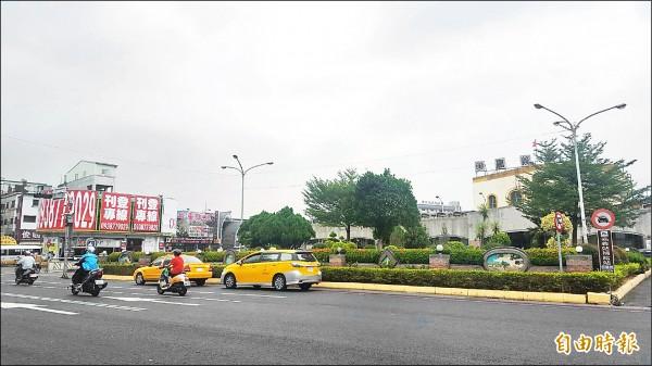 嘉義市政府擬在站前廣場正前方中山路,規劃新站亭讓縣公車使用。(記者丁偉杰攝)