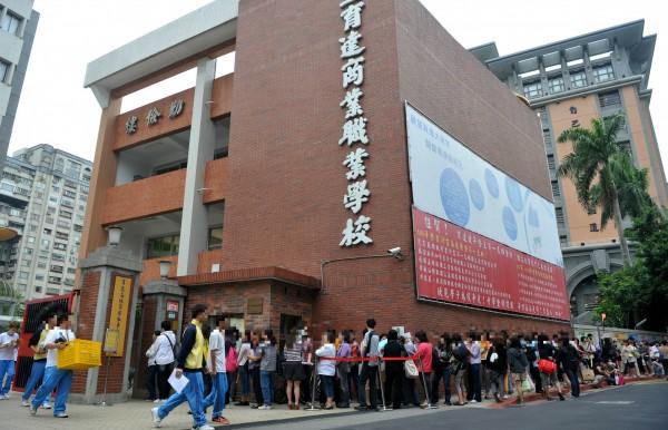 台北市私立育達商職,今日下午3時許傳出墜樓意外。圖為該校大門口。(資料照,記者簡榮豐攝)