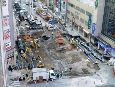 日本福岡博多天坑,相關單位表示10日已填補完成。(圖擷取自Twitter)