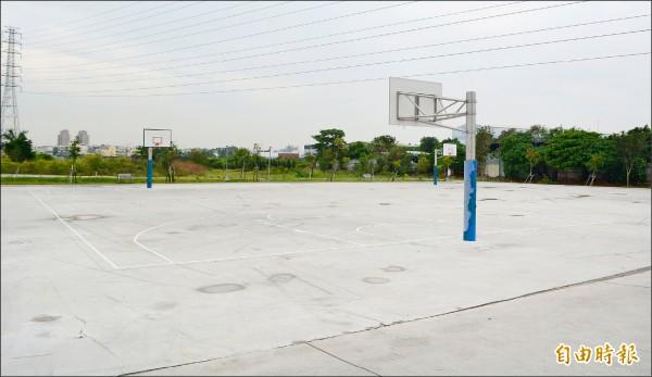 大里第三公墓仁化墓區遷葬後,闢設籃球場並進行綠美化,地方高興多了運動、休閒的場所。(記者陳建志攝)