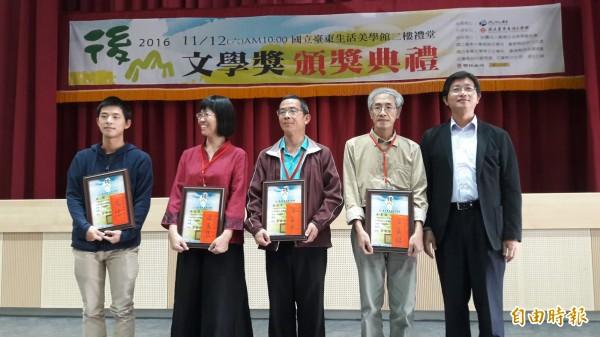 「2016後山文學獎」今天頒獎典禮,台東生活美學館館長李吉崇(右一)允爭取提高獎金額度。(記者黃明堂攝)