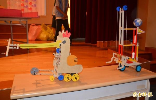 台中市國中小科學創意趣味競賽今天舉行,國中組的參賽隊伍,發揮創意設計出各種造型的機器人。(記者陳建志攝)