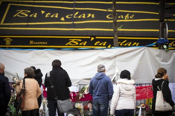 去年11月13日法國遭到歷年來最為嚴重的連環恐攻,圖為法國民眾於巴塔克蘭劇院前悼念罹難者。(法新社)