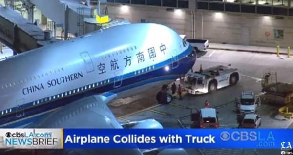 中國南方航空一架班機,在美國洛杉磯國際機場準備出發飛往廣州時,竟撞上了拖車。(圖擷自《洛杉磯時報》)