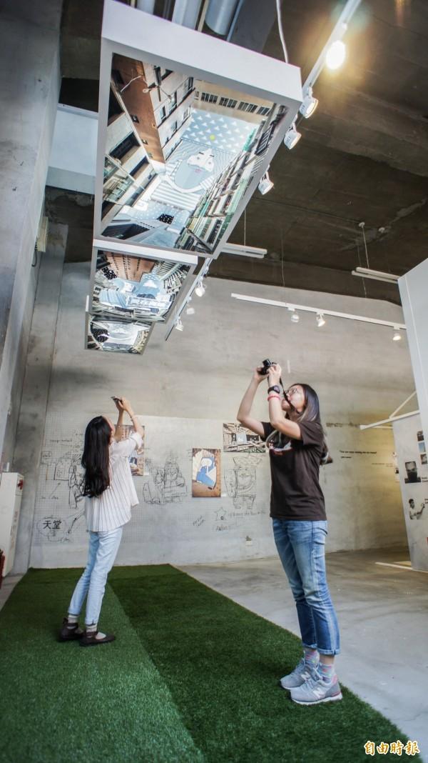 駁二「指尖的重量」特展,透過8位藝術家的觀察,欣賞這不一樣的世界。(記者黃佳琳攝)