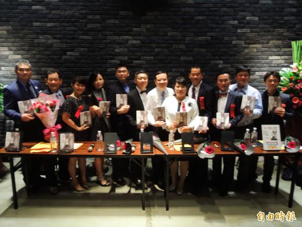 高雄12名企業家舉辦「傳承‧承傳:經營者的心路歷程與蛻變軌跡」新書發表。(記者黃旭磊攝)
