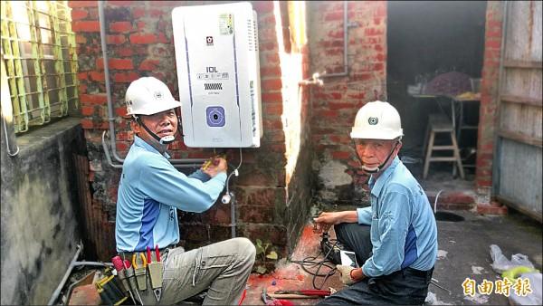 勞工局結合電氣工會志工,為弱勢勞工修繕居家環境。(記者洪瑞琴攝)