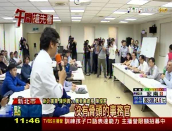 陳明義更大嗆農委會國際處處長陳俊言:「沒有骨頭的事務官,在國民黨時代沒骨頭,在民進黨時期更沒骨頭。你為了你的官位,出賣你的良心。」(圖擷取自TVBS)