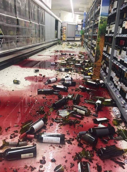 紐西蘭基督城發生規模7.8強震,導致商店的紅酒掉落碎裂。(圖擷取自@kiwiclara推特)