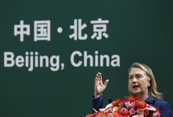 希拉蕊曾被揭露贊同放任中國併吞台灣,以換取美國利益的想法。(圖取自台灣國護照貼紙臉書)