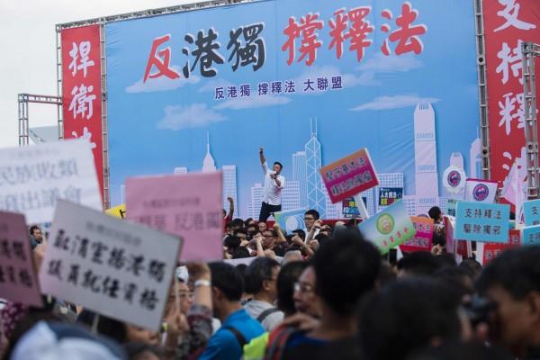 香港立法會外13日有不少團體、民眾聚集舉行「反港獨、撐釋法大聯盟」集會。(法新社)