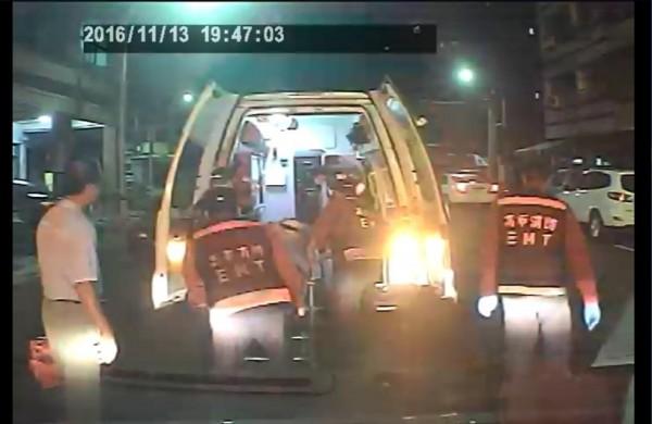 高市一名簡姓孕婦昨晚破羊水,消防隊員幫忙接生,讓她順利產下一名女嬰,消防隊員將產婦運送至救護車。(記者方志賢翻攝)