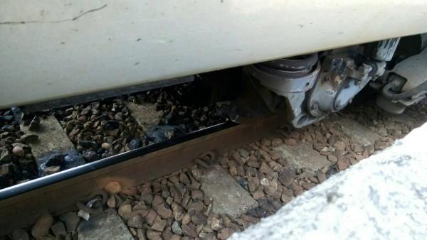 台鐵122次自強號車輪剝離故障,影響700人。(讀者提供)
