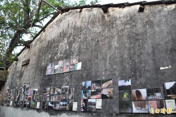 小小攝影師在再興新村老房子展出攝影作品。(記者蘇福男攝)