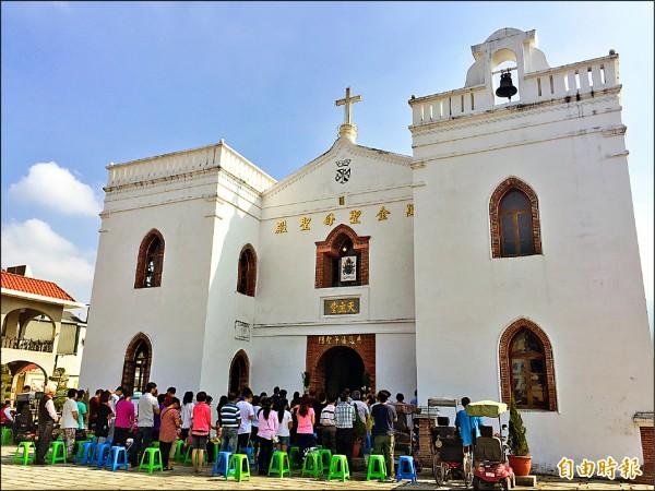 教友虔誠參加主日彌撒,並瞻仰修復完成的聖母像。(記者羅欣貞攝)