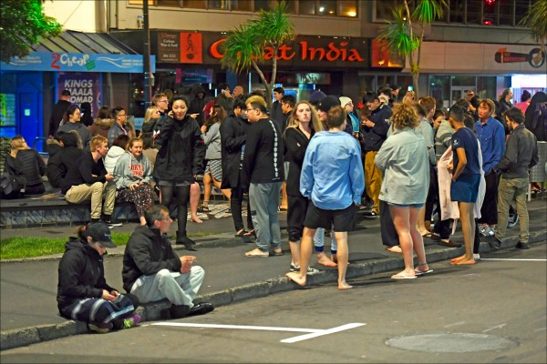 大批民眾趕緊疏散到戶外。(美聯社)