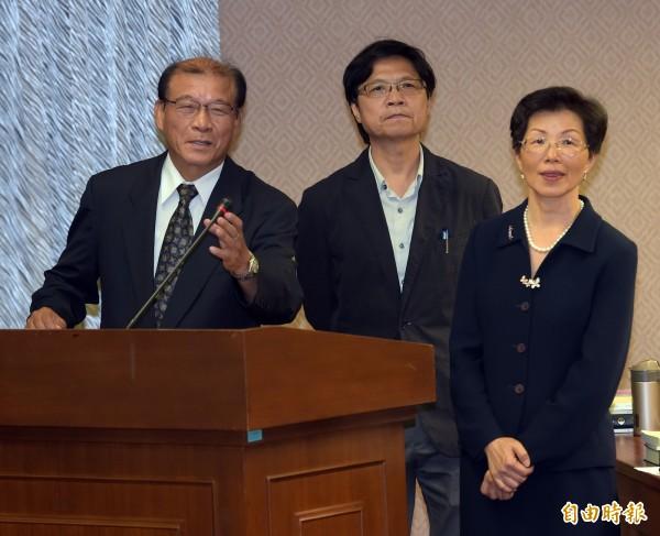 國家安全局第三處副處長賴蘊誠(右三)因退將赴北京案到立法院報告,指有5上將、11中將、16名少將隨行。(資料照,記者黃耀徵攝)