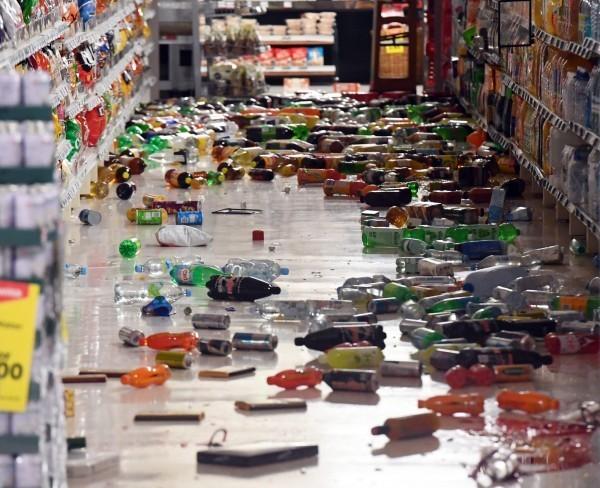 紐西蘭強震造成商店架上物品散落一地。(歐新社)