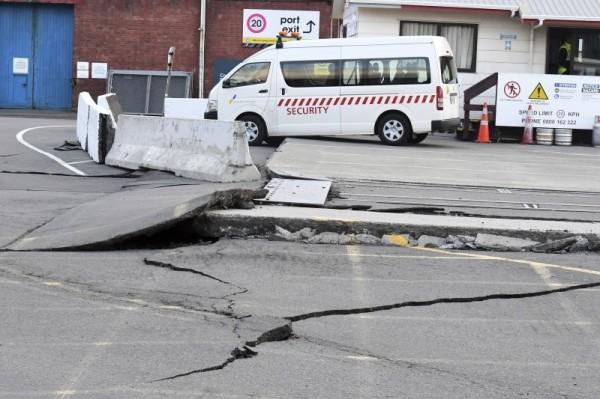 紐西蘭發生規模7.8強震,目前傳出2人死亡。(擷取自《鏡報》)