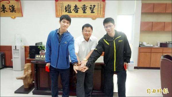 嘉義縣萬能工商電機科畢業校友柯佳良(右)、魏瑜廷(左)獲選正、副國手。(記者蔡宗勳攝)