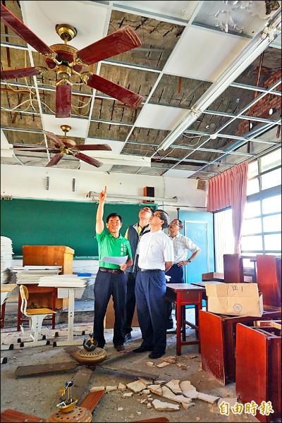 外埔國中南棟教學大樓的一間教室因天花板鋼筋裸露、磚塊掉落,一○二年即封閉暫停使用。(記者歐素美攝)