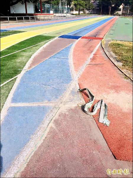 頭份國小操場跑道多處凹凸不平又掉漆。(記者許展溢攝)