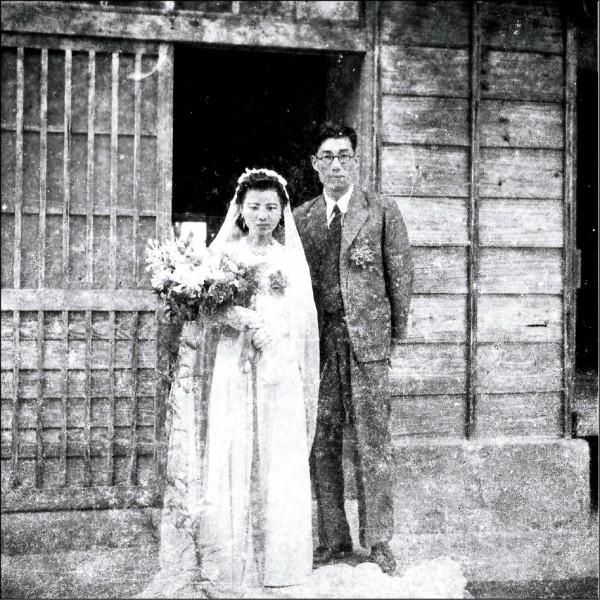 嘉南農田水利會委請台灣首府大學編修《水利會百年史》,在已故日本技師八田與一藏書中找到一張舊底片,沖洗出一對新人結婚照,希望外界能提供影中人的線索。(嘉南農田水利會提供)