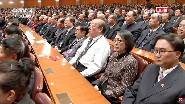 退將吳斯懷等人赴中出席中國紀念孫中山先生誕辰一五○週年大會,依據國安局公布的名單,至少有三十二名退將,合計五十三顆星星,在台下聽中國國家主席、中央軍委主席習近平演說。(取自網路)