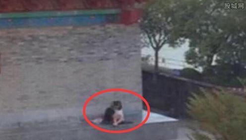 日前有段來自廣東省惠州市的男女歡愛不雅視頻遭網友瘋傳,而事發地點疑似就在惠州著名景點「朝京門」,令許多網友震驚。(擷取自《深港在線》)
