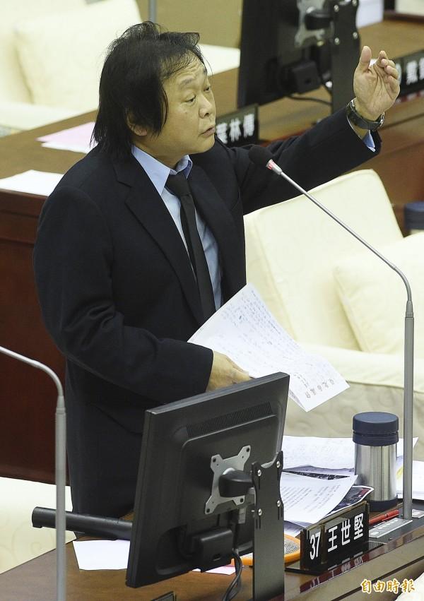 王世堅在市政總質詢怒斥北農總經理韓國瑜召開記者會大罵立委段宜康是癟三,甚至在北農養菜蟲。(記者陳志曲攝)
