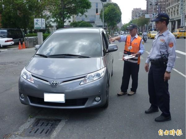 圖為地方政府交通局人員、警力及計程車公會,以叫車或設立攔查點方式加強取締Uber。未來民眾檢舉UBER可拿獎金。(資料照,公路總局提供)
