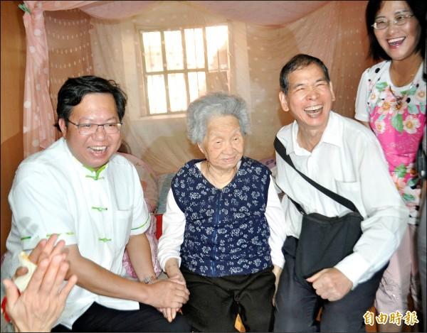市長鄭文燦(左)昨視察整修工程,並探望朱立倫高齡101歲的外婆林李春(中)。(記者李容萍攝)