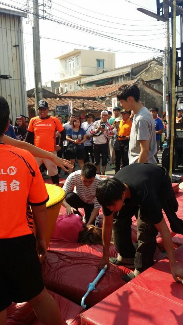 民視綜藝大集合節目在南市南區鯤鯓龍山寺前練習遊戲,一女藝人腳部摔傷,送醫治療。(記者王俊忠翻攝)